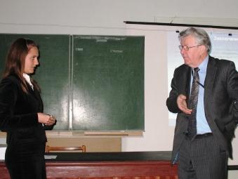 Аспірант О.Ладошко відповідає на запитання академіка В.Т.Грінченко