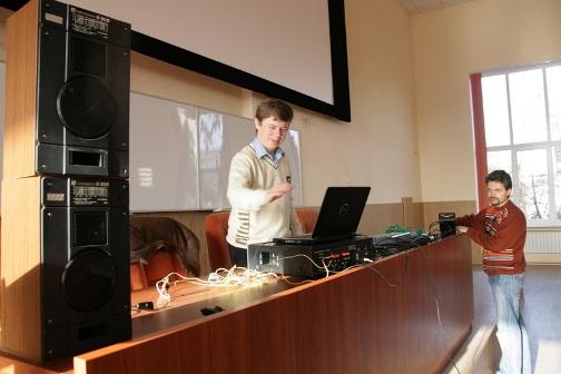 Викладачі В. Заєць та О. Богданов готують електроакустичне обладнання до лабораторної роботи