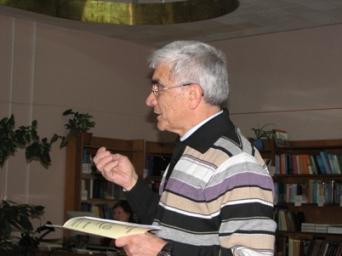 Професор О.Г. Лейко оголошує доповідача