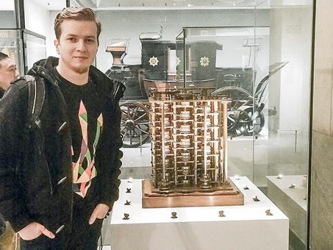 Иван Пасичник: «Все, чем бы я ни занимался в жизни, так или иначе крутится вокруг интересных мне вещей». У стенда с вычислительной машиной Чарльза Бэббиджа в лондонском Музее науки.