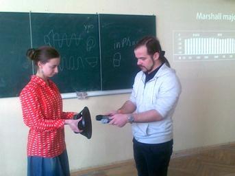 Тарас Карпенко за допомогою Катерини Кухарічевої наочно пояснює, як правильно розмістити мікрофони при запису