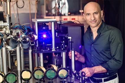 Професор Джефф Стейнхаєр та його апарат зі створення звукових чорних дір