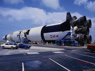 """Американська ракета-носій """"Сатурн-5"""" вирушає на стартову площадку"""